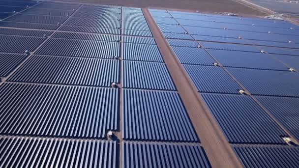 Desert vista aérea granja de energía Solar — Vídeo de stock