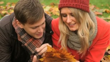 Young Caucasian couple in park autumn day — Stock Video