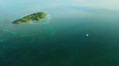Letecký pohled na aqua barevné moře v mělké laguně vody biscayne bay, florida — Stock video