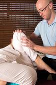 хиропрактика регулировки мышц ног с осуществлять — Стоковое фото