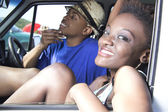 Black couple sit and relax in car — Stockfoto