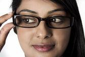 Donna guardando giù tenendo i suoi occhiali incorniciati — Foto Stock