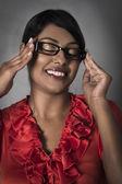 Schöne indianerin gerahmte brille, mit der hand zu halten — Stockfoto