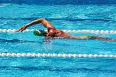 Crowls do nadador na piscina — Fotografia Stock