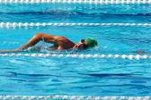 Zwemmer crowls in groep 3 — Stockfoto