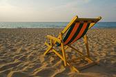 Transat na praia ao pôr do sol — Fotografia Stock
