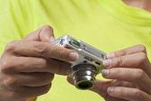 Utilizando una cámara digital, revisión fotos — Foto de Stock