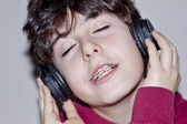 Happy teen with braces listen music — Stok fotoğraf