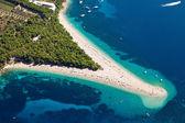 Fotografía aérea de la playa de famoso zlatni rat en bol, isla de brac — Foto de Stock
