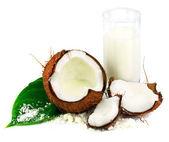 Coco con vaso de leche de coco y hojas verdes — Foto de Stock