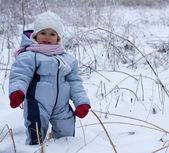 冬の牧草地での女の子 — ストック写真