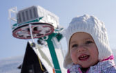 Menina e reboque de esqui — Foto Stock