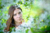 Hermosa chica con flores blancas — Foto de Stock