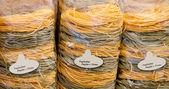 黄色のパックされたイタリア卵とほうれん草パスタ タリアテッレで保存します。 — ストック写真