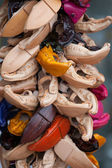 Souvenirs multicolored handmade leather shoes on craft market — Stock Photo