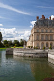Medieval royal castle Fontainbleau and lake near Paris in France — Stock Photo