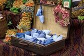 Torkade vilda blommor och handgjorda inredning i gamla gammaldags resväska — Stockfoto