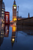 London symbols: telephone box, clock Big Ben Tower in twilight — Stock Photo