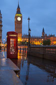 London symbols: telephone box, clock Big Ben Tower in twilight — Stock Photo