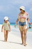 Hija y madre caminando por la playa — Foto de Stock