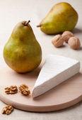 绿色梨、 奶酪乳酪,核桃木主板上的核心 — 图库照片