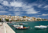 Sea bay, promenade in Mediterranean town and cirrus clouds — Stock Photo