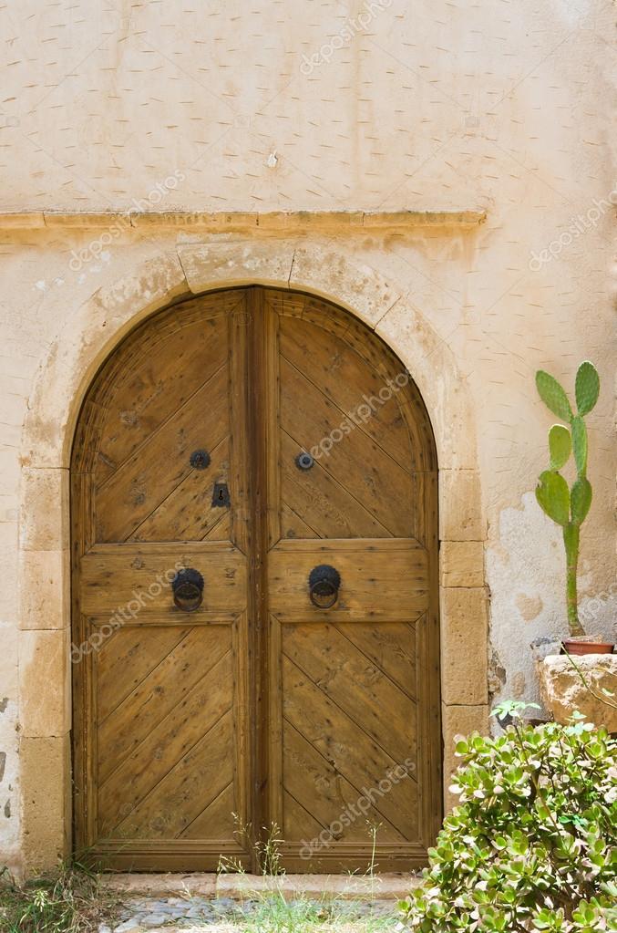 Porte en bois de style ancien entr e dans une maison for Porte d entree maison ancienne