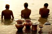 Morning ritual on the Ganges river — Stock Photo