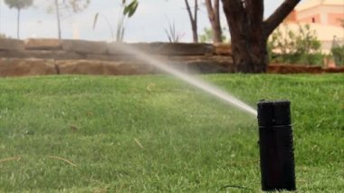 Zavlažování zahrady sprinklerů zalévání trávníku — Stock video