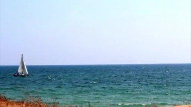Boat on ocean coast, Algarve beach scenario (Praia do Trafal) — Stock Video