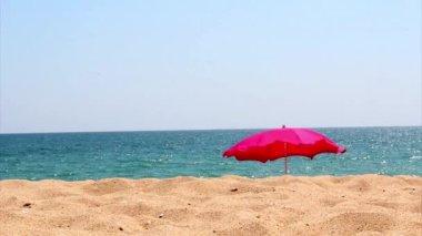 Beach umbrella on ocean coast, Algarve beach scenario (Praia do Trafal) — Stock Video