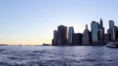 Twilight as the sun sets over Lower Manhattan. Famous New York landmarks — Stockvideo
