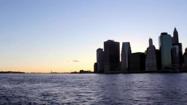 Twilight as the sun sets over Lower Manhattan. Famous New York landmarks — Stock Video
