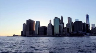 Twilight as the sun sets over Lower Manhattan. Famous New York l — Stock Video