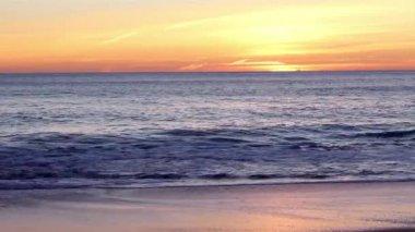 Atardecer en vale lobo famosa playa, algarve, portugal. — Vídeo de stock