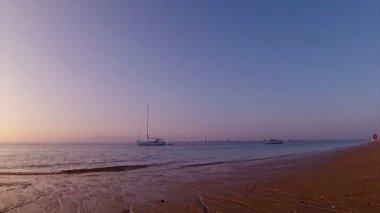 Ria formosa adlı günbatımı timelapse & tekne siluet sulak doğal koruma bölge peyzaj, algarve, Güney Portekiz. — Stok video