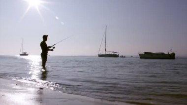 Zonsondergang visser silhouet op ria formosa wetlands natuurlijke instandhouding regio landschap, algarve, zuid-portugal. — Stockvideo
