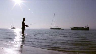 Silhueta de pescador do sol na ria formosa as zonas húmidas naturais conservação região paisagem, algarve, sul de portugal. — Vídeo stock