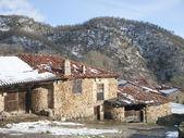 典型的房子和坎塔布利亚古壶 — 图库照片