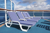 Roe of deck chairs on sundeck of the cruise ship — Zdjęcie stockowe