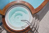 Bañera de hidromasaje en la cubierta de un barco crucero — Foto de Stock