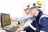 在办公室一起工作的讨论的高级和初级工程师 — 图库照片