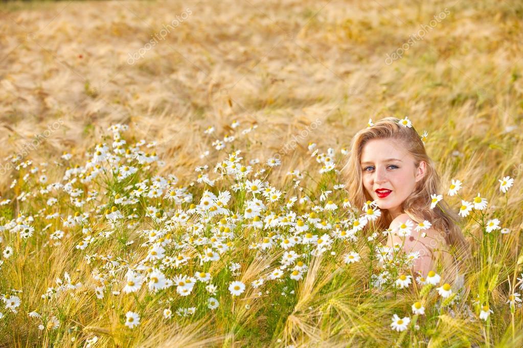 Картинки лето девушки на лугу в цветах