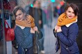 Ganska ung flicka står vid shopfront — Stockfoto