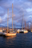 Boats at the dock in the sea in the sunset sun — ストック写真