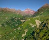 Landscapea de montagne l'été contre le ciel bleu — Photo