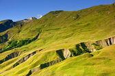 青い空を背景に緑の山腹 — ストック写真