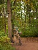 Alimentador para las ardillas y los pájaros en el bosque — Foto de Stock