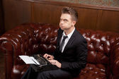 молодой человек с пишущей машинки — Стоковое фото