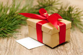 Beige geschenkbox mit red ribbon in soft-fokus — Stockfoto